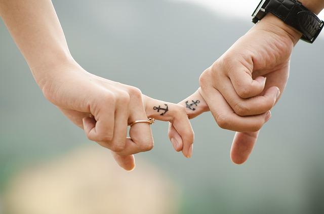 力を合わせる決意を表明したカップル