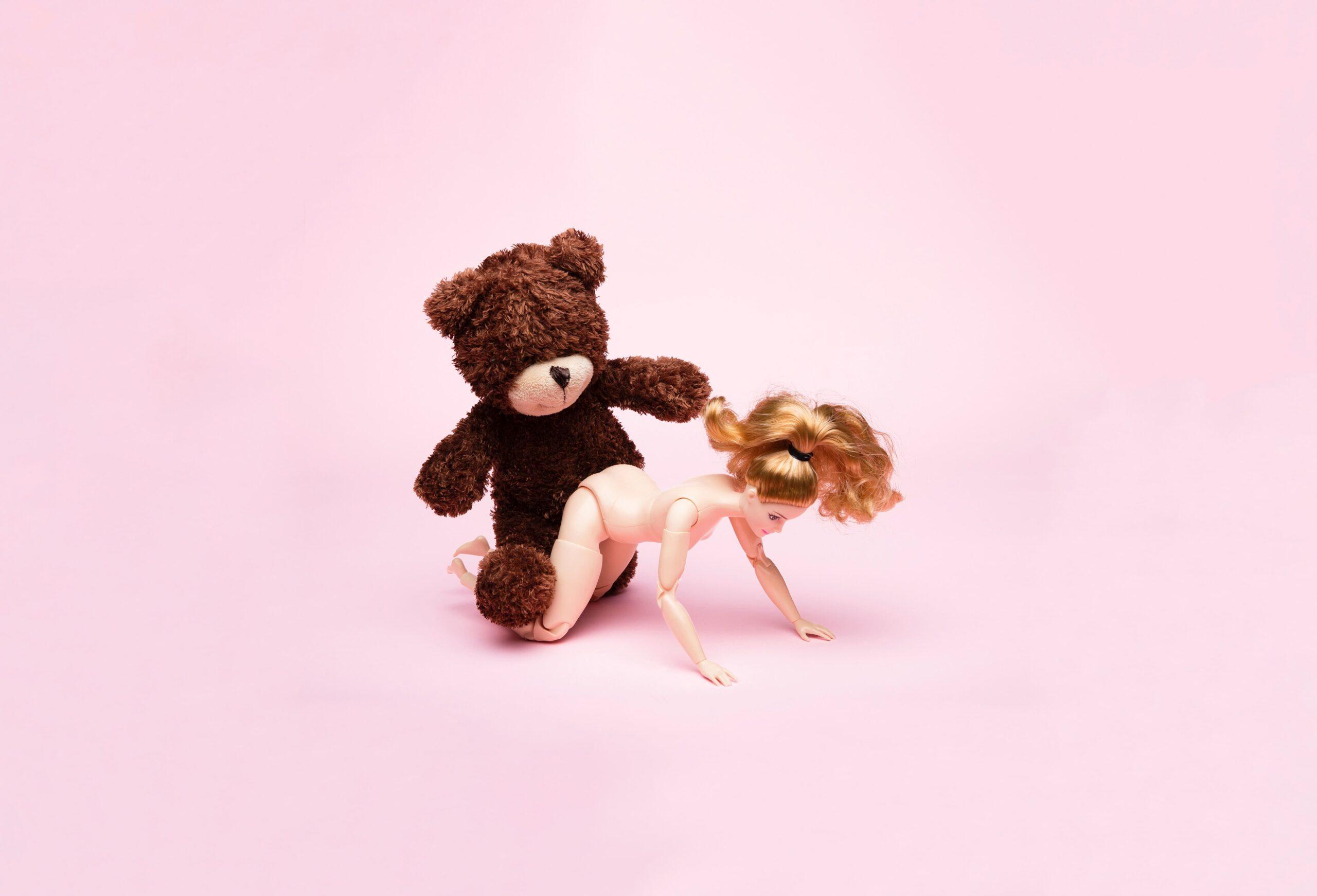 人形とセックするクマ